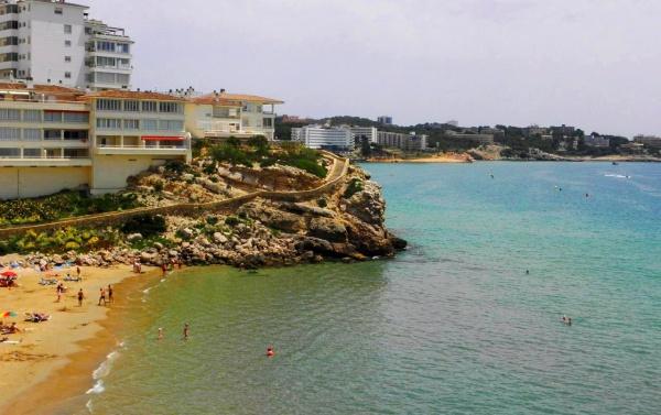 Лестница по набережной на пляже Салоу в Испании