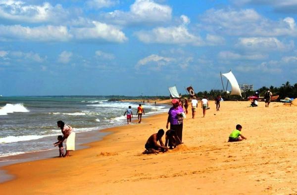 В Негомбо пляж с золотым песком, где причаливают рыбацкие катамараны