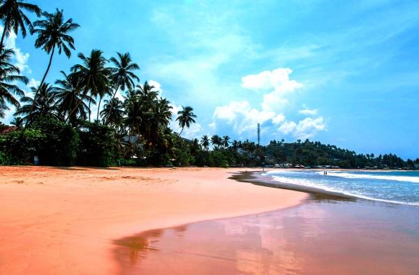 Пляж Мирисса, со спокойным океаном, находится на юге Шри-Ланки
