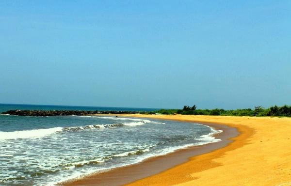 Пляж Калутара с крупным желтым песком, отлично подходит для любого серфинга