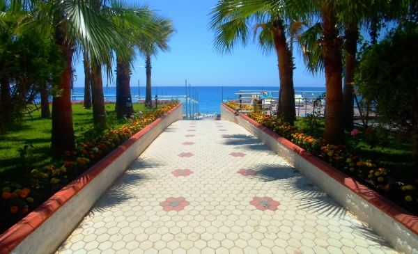 Тротуар с видом на средиземное море в Кемер