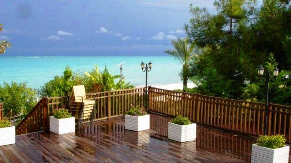 Тираса отеля Amara Wing Resort с видом на море
