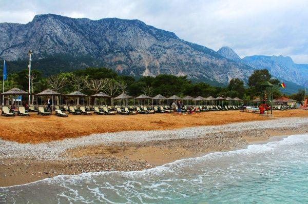 Горы, море и каменистый пляж, вот такой антураж