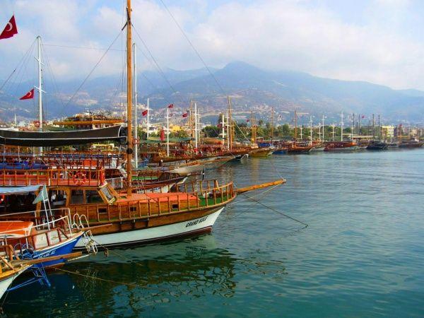 Корабельная бухта на средиземном море в Турции на курорте в Анталии в июле