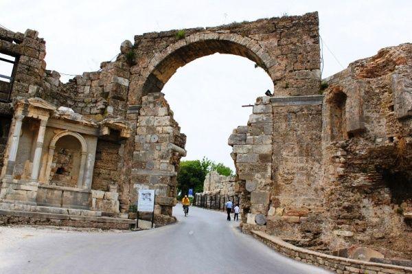 Арка из руин бывшей крепости на курорте Сиде в Турции