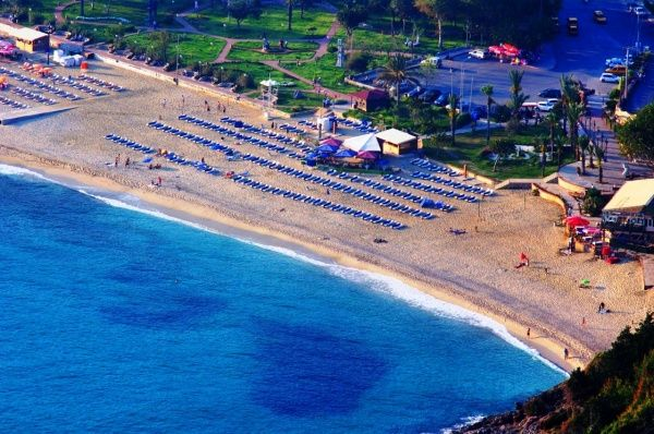 Бесконечный пляж на курорте Сиде в июле