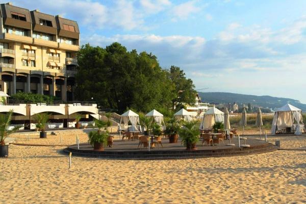 Танцпол на пляже отеля Империал курорта Ривьера