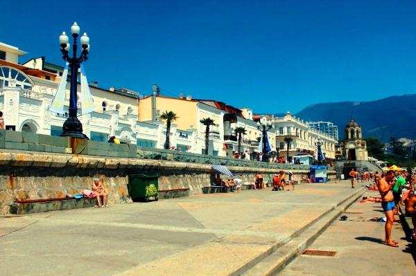 Курорт Гурзуф, набережная у черного моря