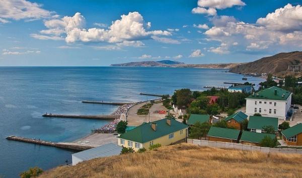 Обзор Крымского пляжа с хребта горы