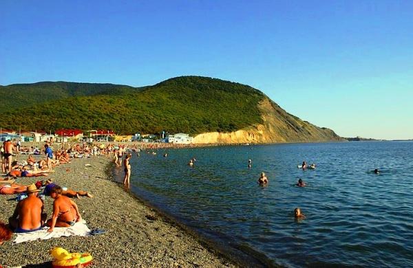 Небольшой горный хребет, черное море и пляж курорта Сукко
