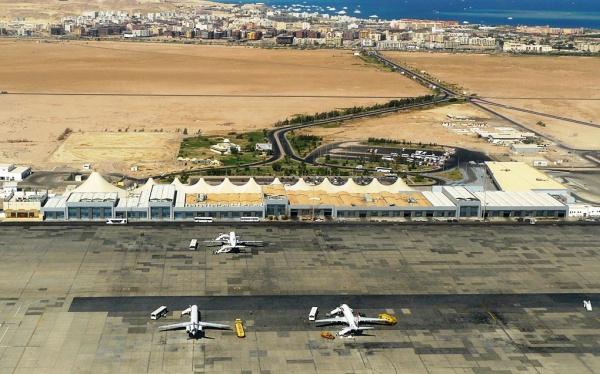 Вид с самолета на аэропорт Хургады