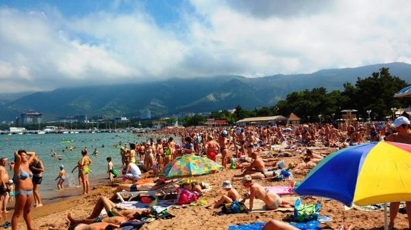 Многолюдный городской пляж на курорте