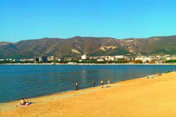 Городской пляж курорта Геленджик в июле
