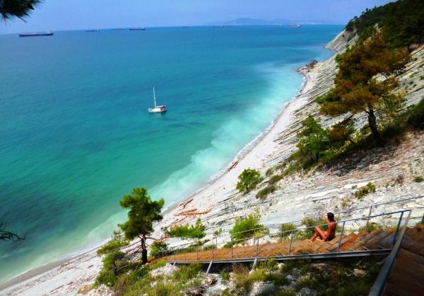 Голубая бухта и небольшой пляж на черном море в Геленджике