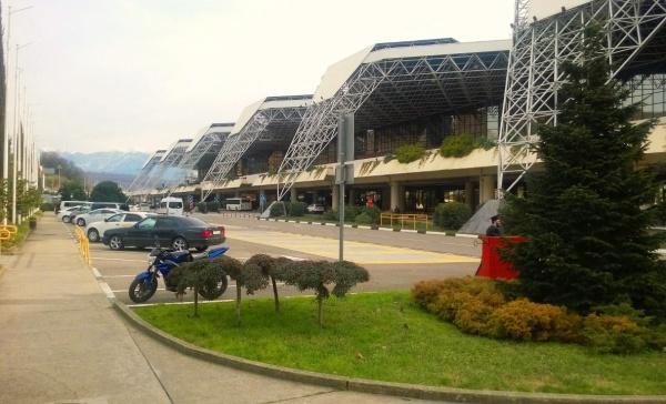 Международный аэропорт русского курорта Сочи на берегу черного моря