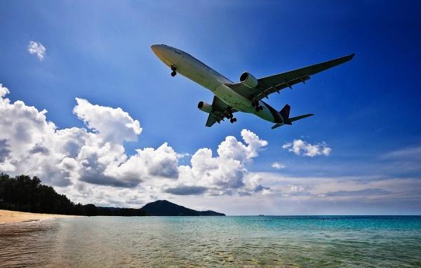 Аэропорт на Пхукете, расположен около пляжа