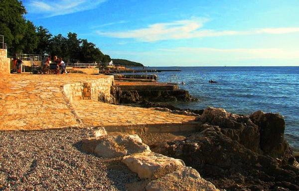 Бетонный и организованный пляж в Истрии