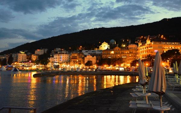 Вечерняя набережная и отели у моря в Хорватии