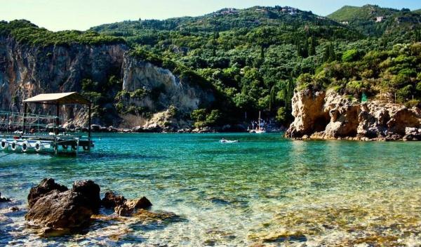 Мелководье и одновременно пляж у скалистого берега