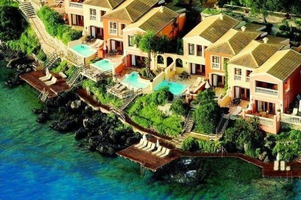 Отели на скалах в Греции