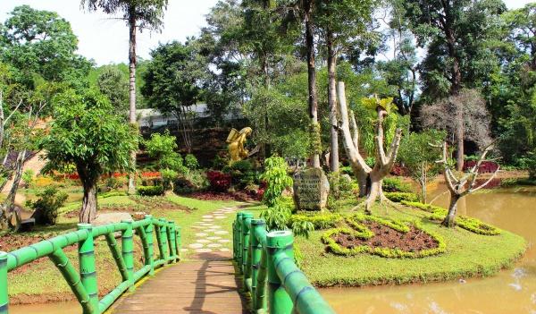 Достопримечательности Вьетнама: Мостик и Статуя в парке