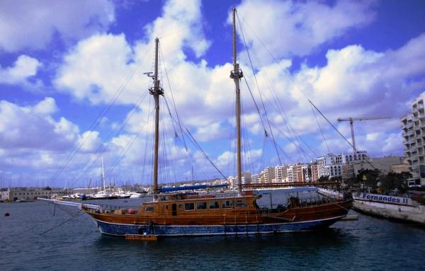 Достопримечательный корабль на курорте Слим на острове Мальта