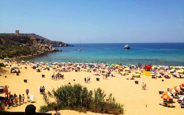 Пляж Голден Бэй в Мальте, здесь есть пологий вход в Средиземное море