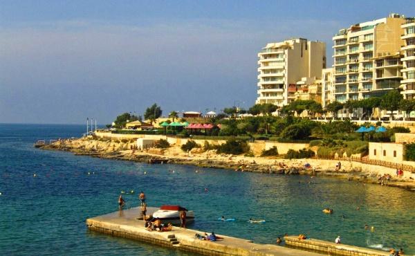 Вход в море, курорте Слим, весьма обычный пляж для острова
