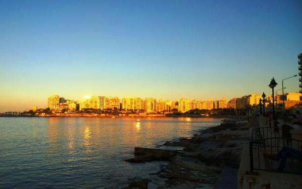 Вечер на острове Мальта в городе Слим