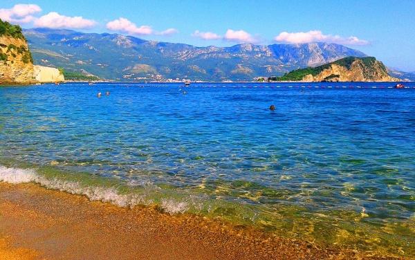 Черногория, пляж Могрен на адриатическом море в мае