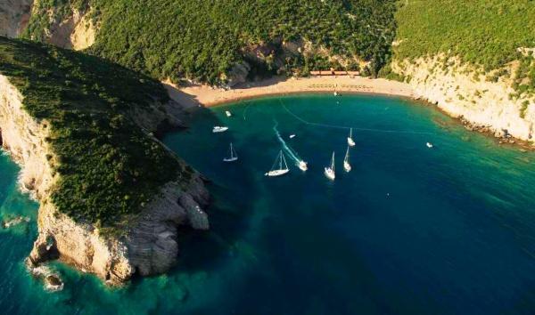 Бухта пляжа королевы в Черногории