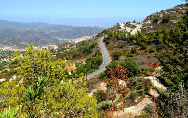 Спуск дороги с горы на курорте Троодос