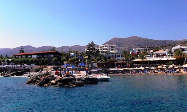 Вид с моря на остров Крит и его пирс для кораблей и лодок