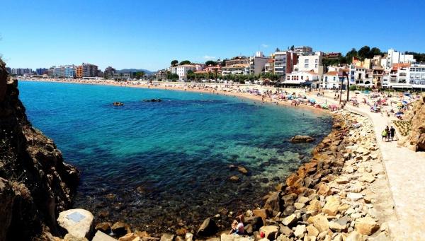 Испания, курорт Коста-Брава, песочные пляжи рядом с каменными