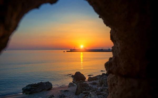 Закат солнца на острове Родос в июле вечером