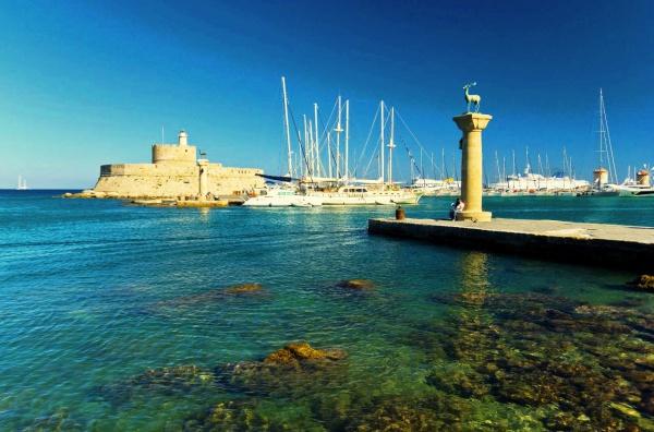 Гавань Мандраки на острове Родос в Греции