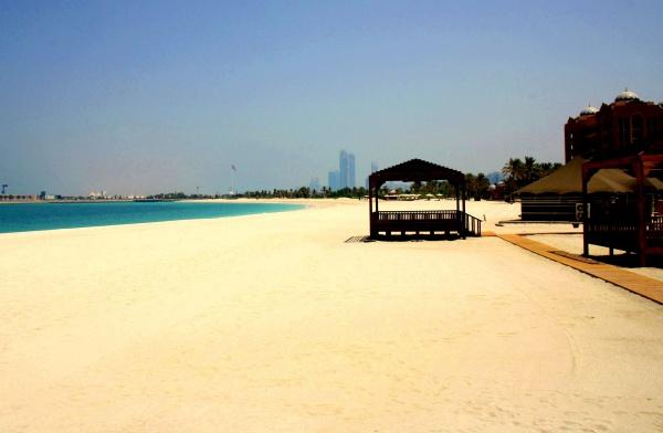 Красивый песчаный пляж в Дубае, ОАЭ