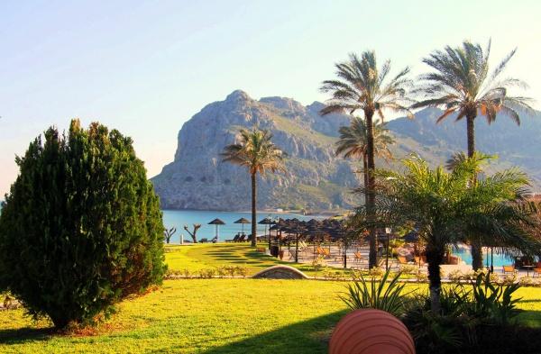 Остров Родос, пальмы, зонты, шезлонги у Средиземного моря
