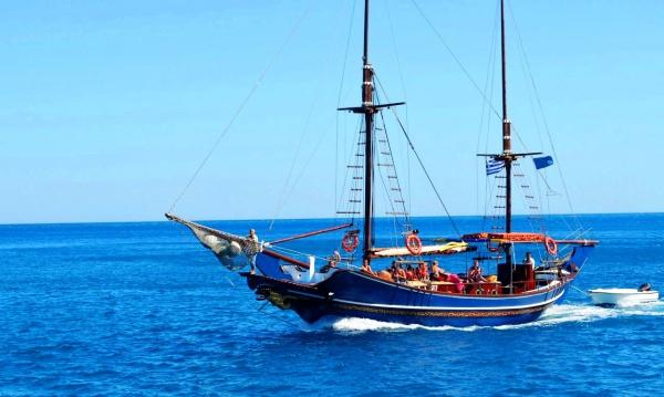 Корабль на эгейском море у берегов острова Родос