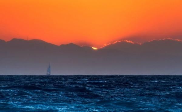 Закат с яхтой на море у Родоса