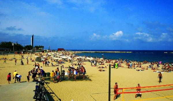 Пляж Нова Икария на средиземном море в Барселоне