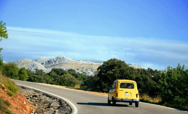 Обзорный вид на горы с дороги в Испании