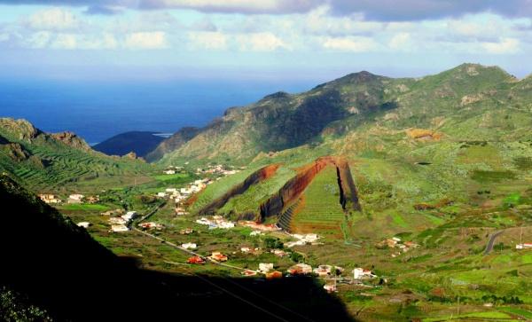На Тенерифе есть кратеры, а также траншеи прорытые учеными