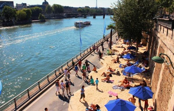 Париж, пляж у набережной реки Сены