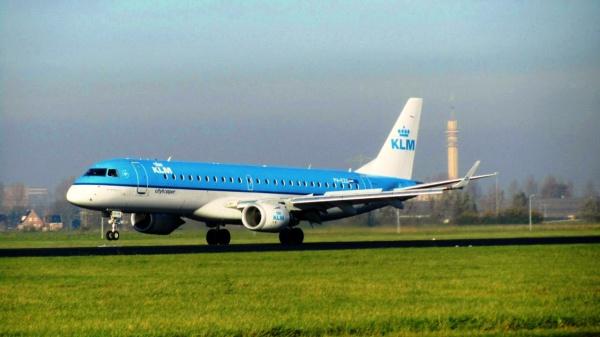 Самолет KLM Cityhopper Embraer в на полосе взлета главного аэропорта Схипхол