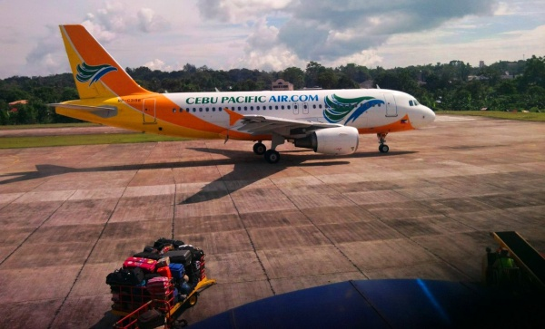 Взлетная полоса аэропорта и самолет на острове Бохол, Филиппины