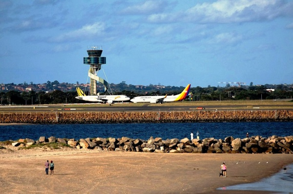 Взлетная полоса международного аэропорта Сидней в Австралии (Sydney Airport)
