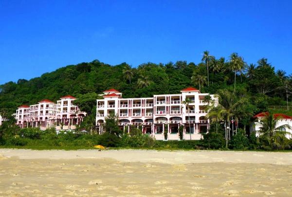Прогулка по линии пляжа Карон в Тайланде
