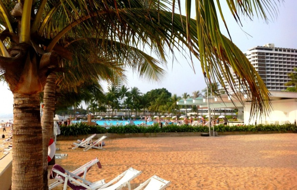 Лежаки у отеля Ambassador City Jomtien Ocean Wing 4 звезды