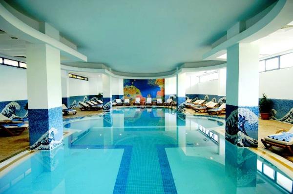 Крытый бассейн внутри пятизвездочного отеля Catamaran Resort Hotel